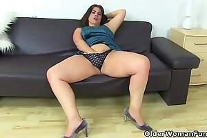 Curvy milf Montse Swinger fucks her pussy with a dildo