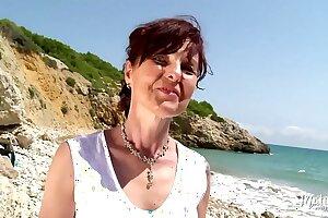 Joyce cougar gourmande baisée sur la plage