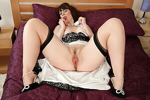 Hot milf Toni Lace pleases her wide open cunt